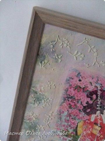 """И снова для создания панно в смешанной технике я взяла одну из многочисленных прекрасных  работ известной  японской художницы Морита Харуе. Признаюсь, подлинного названия так и не нашла, поэтому  и придумала свое : """"Когда цветет сакура"""". Почему выбор пал именно на эту работу художницы? На мой взгляд, здесь сплелись воедино все акценты, символы, атрибуты Японии: цветущая сакура, красавица-девушка в столь же красивом кимоно, маленький японский садик, японский домик и конечно же аура и колорит красок этой страны. А что касается цветения сакуры, то лучше японских поэтов уже никто не скажет и не напишет. """"Небо с землею Соединились в зыбком сплетении - Наплывший с моря туман Проник в цветущие кроны Сакуры горной."""" (Акико Есано) ***** """"В пору цветенья Вишни сродни облакам - Не потому ли Стала просторней душа, Словно весеннее небо..."""" (Камо Мабути) ***** """"Горная вишня Лунным сияньем Залита вишня в горах. Вижу, под ветром Дрожь по деревьям прошла, - Значит, цветы опадут?!"""" (Кагава Кагэки)  фото 5"""