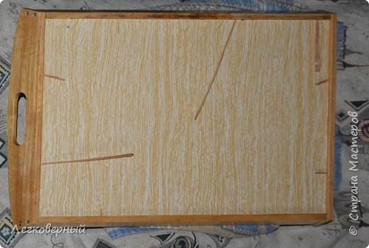 Пока сохнет лак на деревянных деталях подноса, одновременно идёт приклеивание днища к обрамлению. Для этого в щелки силой вставляются тонкие клинышки-лучины.  фото 1
