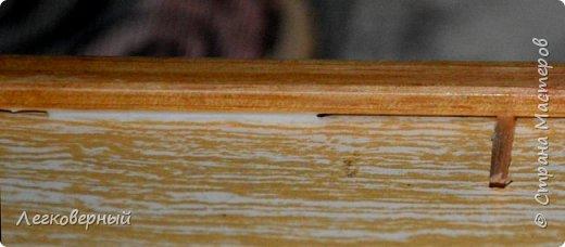 Пока сохнет лак на деревянных деталях подноса, одновременно идёт приклеивание днища к обрамлению. Для этого в щелки силой вставляются тонкие клинышки-лучины.  фото 2