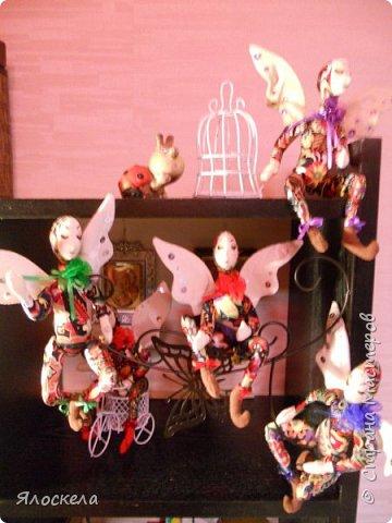 Добрый день! Сегодня у меня феечки, этакие девочки с крылышками, живущие на цветах.Сшиты по выкройкам из книги Текстильные куклы Терезы Като. Рост кукол около 20см, в сидячем положении примерно 15см. фото 5