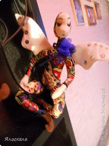 Добрый день! Сегодня у меня феечки, этакие девочки с крылышками, живущие на цветах.Сшиты по выкройкам из книги Текстильные куклы Терезы Като. Рост кукол около 20см, в сидячем положении примерно 15см. фото 2