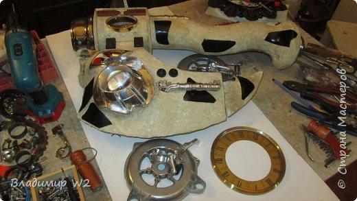 Материалы: Пластик, металл, папье-маше, лампы, краски, ПВА, винтики-болтики...  фото 13