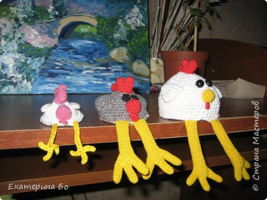 Доброго дня! Еще к Пасхе решила я навязать петушков. В интернете нашла понравившихся мне (признаюсь, из-за лапок) цыплят и вот... Теперь вот и к Новому году пригодятся) фото 1