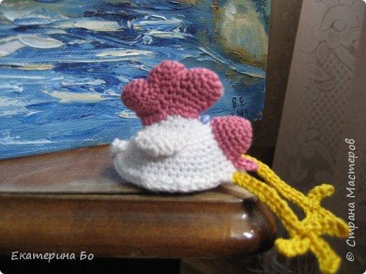 Доброго дня! Еще к Пасхе решила я навязать петушков. В интернете нашла понравившихся мне (признаюсь, из-за лапок) цыплят и вот... Теперь вот и к Новому году пригодятся) фото 4