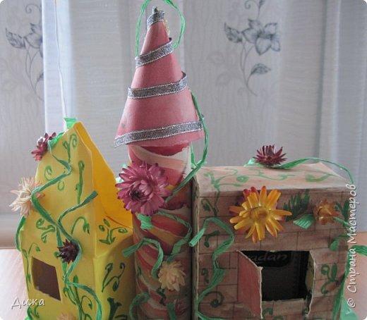 """Привет всем!!! В прошлом году у нас в школе был конкурс """"Аленький цветочек"""". Вот я и решила поучаствовать. Это замок чудовища. Замок сделала  из чайных коробок. Мама мне помогала. Коробки обклеили цветной бумагой, я разрисовала. Вьющиеся растения сделаны из скрюченной гофр. бумаги.  А также приклеили сухоцвет. Перед замком стоит дочь купца Настенька.  фото 2"""