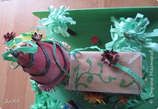 """Привет всем!!! В прошлом году у нас в школе был конкурс """"Аленький цветочек"""". Вот я и решила поучаствовать. Это замок чудовища. Замок сделала  из чайных коробок. Мама мне помогала. Коробки обклеили цветной бумагой, я разрисовала. Вьющиеся растения сделаны из скрюченной гофр. бумаги.  А также приклеили сухоцвет. Перед замком стоит дочь купца Настенька.  фото 6"""