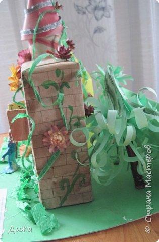 """Привет всем!!! В прошлом году у нас в школе был конкурс """"Аленький цветочек"""". Вот я и решила поучаствовать. Это замок чудовища. Замок сделала  из чайных коробок. Мама мне помогала. Коробки обклеили цветной бумагой, я разрисовала. Вьющиеся растения сделаны из скрюченной гофр. бумаги.  А также приклеили сухоцвет. Перед замком стоит дочь купца Настенька.  фото 5"""