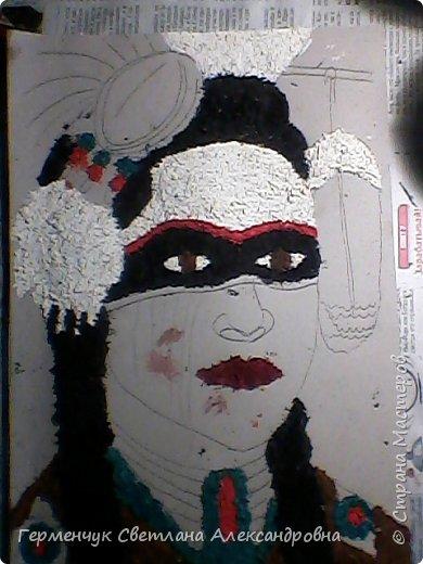 Индеец-воин.Это макияж  индейцев ,вставших на тропу войны.Рисунки поднимали боевой дух, вселяли в украшенных ими веру в себя.Полосы на щеках -признание в убийствах.     Википедия  фото 2