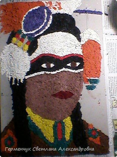 Индеец-воин.Это макияж  индейцев ,вставших на тропу войны.Рисунки поднимали боевой дух, вселяли в украшенных ими веру в себя.Полосы на щеках -признание в убийствах.     Википедия  фото 3
