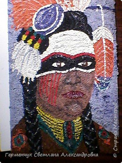 Индеец-воин.Это макияж  индейцев ,вставших на тропу войны.Рисунки поднимали боевой дух, вселяли в украшенных ими веру в себя.Полосы на щеках -признание в убийствах.     Википедия  фото 7