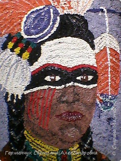 Индеец-воин.Это макияж  индейцев ,вставших на тропу войны.Рисунки поднимали боевой дух, вселяли в украшенных ими веру в себя.Полосы на щеках -признание в убийствах.     Википедия  фото 1