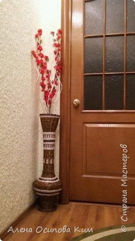Еще одна напольная ваза.  24 часа сплошного удовольствия. Высота получилась 84 см. Плела с середины до горлышка, потом перевернула вазу и выплетала уже нижнюю часть. Использовала белые трубочки, морилка мокко и мореный дуб, лак акриловый, клей ПВА.  фото 7
