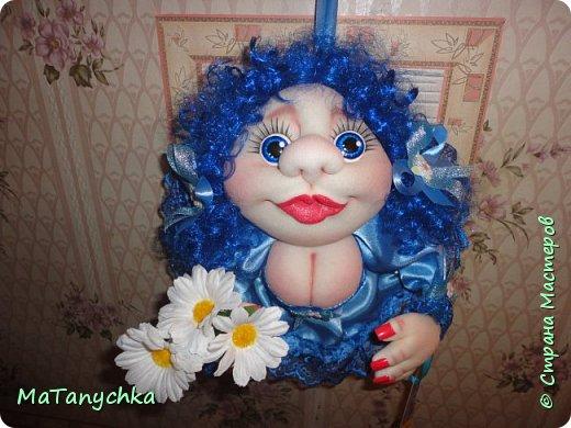 Бабушка Танюше  Куклу подарила:  Глазки голубые  И румянец милый.  Светлая головка,  Маленькие ножки,  Платье кружевное,  Ну ,а где сапожки?…  фото 1