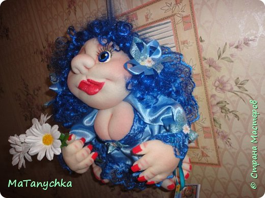 Бабушка Танюше  Куклу подарила:  Глазки голубые  И румянец милый.  Светлая головка,  Маленькие ножки,  Платье кружевное,  Ну ,а где сапожки?…  фото 2