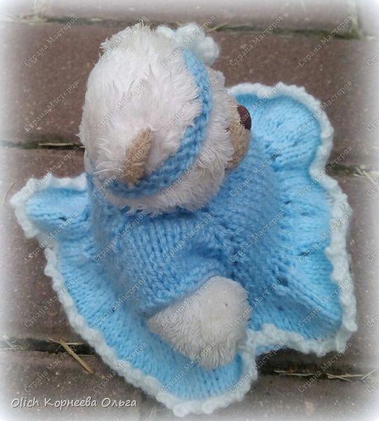 Здравствуйте. У моей младшей дочки был маленький белый мишка. Она сказала, что нужно его приодеть, это непременно девочка и ей нужно платье. Что не сделаешь для любимой дочки? Платье вяжется очень легко и быстро, так как мишутка маленький. Использовала пряжу Детская Пехорка. Вязала этим способом http://stranamasterov.ru/node/931719?t=451  фото 5