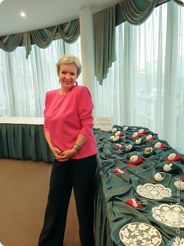 Здравствуйте, здравствуйте, здравствуйте, дорогие мастера и мастерицы! Доброго времени суток, Страна! Наконец-то я освободилась от всех срочных дел и решила показать вам то, что вырезалось-вышилось у меня за последнее время. В ноябре прошлого года я была приглашена в Санкт-Петербург на празднование юбилея Международной гильдии мастеров. В качестве подарка я отвезла свою единственную шкатулку из скорлупы. Эта работа произвела сильное впечатление на присутствующих и во время фуршета ко мне подошла Генеральный директор Коллегии экспертов и оценщиков ювелирных изделий и антиквариата Галина Володкина. Выразив свое восхищение, она пригласила меня поучаствовать в выставке, которую она запланировали провести в Министерстве иностранных дел России для жен дипломатов. Глупо было бы отказываться от такого предложения и я согласилась. Выставка планировалась весной этого года, но другие мероприятия отодвинули эту выставку на осень. И вот в конце августа я получила официальное приглашение и рьяно взялась за дело. Нужно было пополнить запас корзинок и сделать новую шкатулку, которая так понравилась приглашающей стороне. В общем, много рассказывать не буду, просто покажу свои новые работы. Корзинка. Ох, как же мне нравится их вырезать и украшать! фото 30