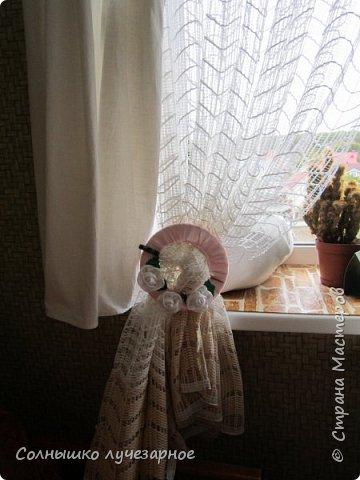 Здравстывуйте, мои дорогие соседи. Как и обещала делюсь скромным интерьером маленькой, но НАШЕЙ квартирки. Вот такие держатели для штор сделала к нам на кухню. Палочки украшены  бисером фото 2