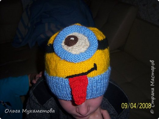 Вот такие шапочки я связала детям так как мы очень любим мультфильм МИНЬОНЫ выбор был небольшой. фото 3