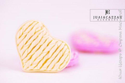 Небольшой мастер-класс по созданию вязаного сердечка из фоамирана. Такие сердечки применимы в декоре. Также их можно использовать в качестве броши, резинки, заколки и т.д. В МК я показываю как сделать именно такое сердечко, но Вы можете использовать любые формы, размеры и цвета))) (Можно использовать обрезки фоамирана;)) фото 29