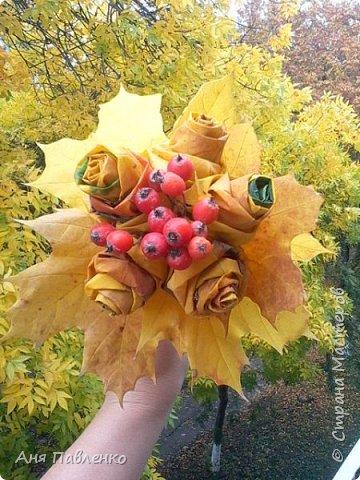 """Букетик из кленовых листьев и ягод рябины. Вскрыто золотой краской из баллончика. Сделан для знакомой девочки к костюму """"Золотая осень"""".  фото 2"""