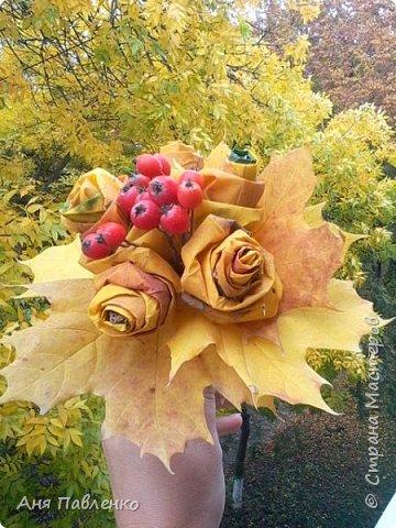 """Букетик из кленовых листьев и ягод рябины. Вскрыто золотой краской из баллончика. Сделан для знакомой девочки к костюму """"Золотая осень"""".  фото 3"""