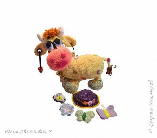 Моему маленькому сыну очень нравятся коровы с того момента, как только он начал смотреть на игрушки. Наверное, за большие добрые глаза. Тогда я решила связать мягкую игрушку «Чудо-корова». В процессе вязания у меня появилась идея совместить красочную мягкую игрушку с развивающими элементами. В итоге получилась не просто мягкая игрушка, а целый развивающий центр. Игрушка способствует развитию мелкой моторики, тактильным ощущениям и слуховому развитию.  Вот что получилось:  фото 3