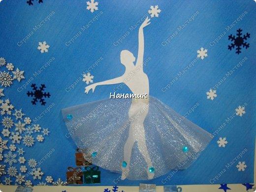 Добрый вечер! Творим к НГ. На этот раз получились такие балерины)  Распечатала фон: дальше в ход пошел дырокол, фигурка балерины, юбочка из фатина и пайетки.  фото 2