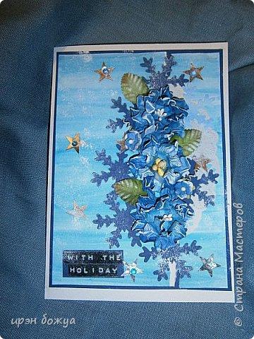 """Готовимся к Новому году. Сегодня я вот с такой поздравительной открыткой. Фон акварельный. Порван на две части. В край где он порван, вложена часть салфетки. Сверху декор снежинками и самодельными цветочками. После сухой кистью немного выбелила цветы и снежинки. Надпись """"С праздником"""" сделана при помощи ручного принтера. А теперь смотрим. фото 1"""