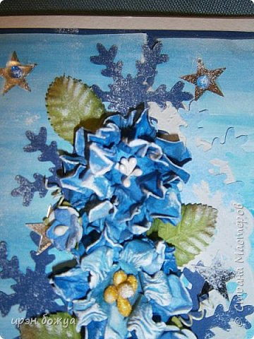 """Готовимся к Новому году. Сегодня я вот с такой поздравительной открыткой. Фон акварельный. Порван на две части. В край где он порван, вложена часть салфетки. Сверху декор снежинками и самодельными цветочками. После сухой кистью немного выбелила цветы и снежинки. Надпись """"С праздником"""" сделана при помощи ручного принтера. А теперь смотрим. фото 2"""