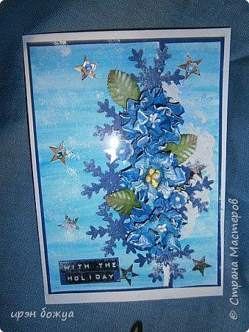 """Готовимся к Новому году. Сегодня я вот с такой поздравительной открыткой. Фон акварельный. Порван на две части. В край где он порван, вложена часть салфетки. Сверху декор снежинками и самодельными цветочками. После сухой кистью немного выбелила цветы и снежинки. Надпись """"С праздником"""" сделана при помощи ручного принтера. А теперь смотрим. фото 5"""