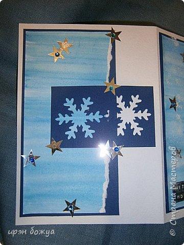 """Готовимся к Новому году. Сегодня я вот с такой поздравительной открыткой. Фон акварельный. Порван на две части. В край где он порван, вложена часть салфетки. Сверху декор снежинками и самодельными цветочками. После сухой кистью немного выбелила цветы и снежинки. Надпись """"С праздником"""" сделана при помощи ручного принтера. А теперь смотрим. фото 7"""