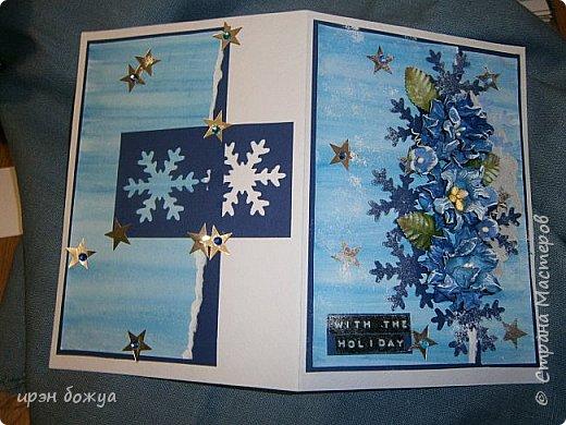 """Готовимся к Новому году. Сегодня я вот с такой поздравительной открыткой. Фон акварельный. Порван на две части. В край где он порван, вложена часть салфетки. Сверху декор снежинками и самодельными цветочками. После сухой кистью немного выбелила цветы и снежинки. Надпись """"С праздником"""" сделана при помощи ручного принтера. А теперь смотрим. фото 6"""