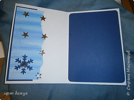 """Готовимся к Новому году. Сегодня я вот с такой поздравительной открыткой. Фон акварельный. Порван на две части. В край где он порван, вложена часть салфетки. Сверху декор снежинками и самодельными цветочками. После сухой кистью немного выбелила цветы и снежинки. Надпись """"С праздником"""" сделана при помощи ручного принтера. А теперь смотрим. фото 8"""