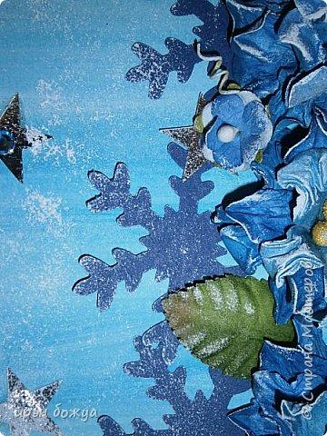 """Готовимся к Новому году. Сегодня я вот с такой поздравительной открыткой. Фон акварельный. Порван на две части. В край где он порван, вложена часть салфетки. Сверху декор снежинками и самодельными цветочками. После сухой кистью немного выбелила цветы и снежинки. Надпись """"С праздником"""" сделана при помощи ручного принтера. А теперь смотрим. фото 9"""