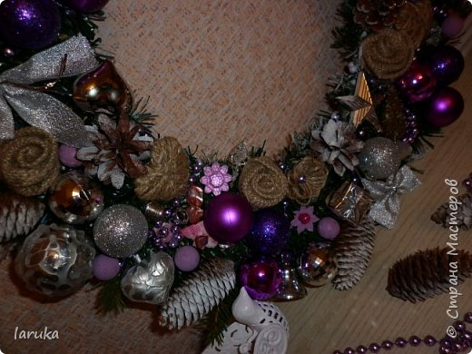 """Камин к Новому году готов, пришло время для новогодних """"украшалок"""" Начала с новогоднего венка - как без него? На фото некоторые шарики кажутся синими, на самом деле все сиренево-фиолетовые, разных оттенков. Добавила в композицию немного настоящих еловых веточек и веточек берёзы.  фото 5"""
