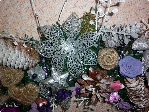 """Камин к Новому году готов, пришло время для новогодних """"украшалок"""" Начала с новогоднего венка - как без него? На фото некоторые шарики кажутся синими, на самом деле все сиренево-фиолетовые, разных оттенков. Добавила в композицию немного настоящих еловых веточек и веточек берёзы.  фото 6"""
