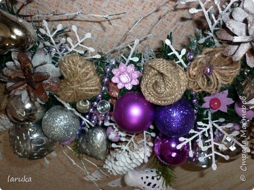 """Камин к Новому году готов, пришло время для новогодних """"украшалок"""" Начала с новогоднего венка - как без него? На фото некоторые шарики кажутся синими, на самом деле все сиренево-фиолетовые, разных оттенков. Добавила в композицию немного настоящих еловых веточек и веточек берёзы.  фото 7"""