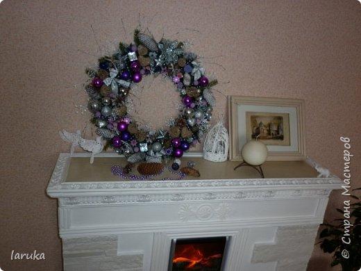 """Камин к Новому году готов, пришло время для новогодних """"украшалок"""" Начала с новогоднего венка - как без него? На фото некоторые шарики кажутся синими, на самом деле все сиренево-фиолетовые, разных оттенков. Добавила в композицию немного настоящих еловых веточек и веточек берёзы.  фото 10"""