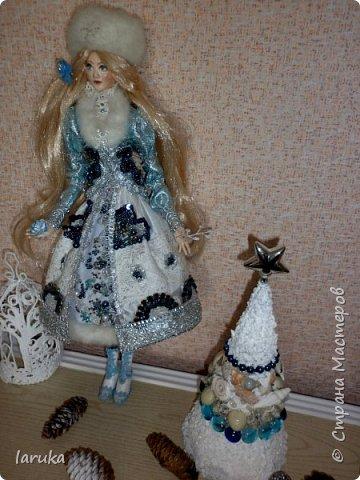 """Камин к Новому году готов, пришло время для новогодних """"украшалок"""" Начала с новогоднего венка - как без него? На фото некоторые шарики кажутся синими, на самом деле все сиренево-фиолетовые, разных оттенков. Добавила в композицию немного настоящих еловых веточек и веточек берёзы.  фото 15"""