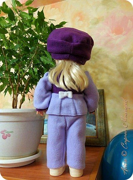 Добрый вечер! В садике воспитательница попросила переодеть куколку по сезону (в летнем платье уже как-то не уютно на нее смотреть). Недели две я никак не могла приняться за нее. Но совесть замучила, я пересилила сон и за два поздних вечера собрала из обрезков флиса такой костюмчик. фото 2