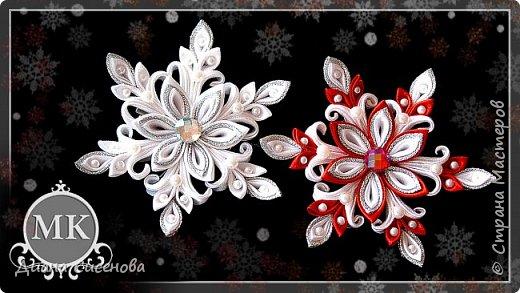 """Привет всем! Начинаем подготовку к Новому 2017 году - году Петуха! В этом уроке я покажу как сделать снежинку в стиле канзаши.  Материалы и инструменты:  белая атласная лента шириной 2,5 см (30 см); красная атласная лента шириной 2,5 см (30 см); белая атласная лента шириной 5 см (60 см); красная атласная лента шириной 5 см (30 см); парчовая лента шириной 3 см (36 см); бусина диаметром 3 мм (18 шт); полубусина диаметром 6 мм (6 шт); серединки диаметром - 1 см (1 шт); фетр (диаметр 3 см) - 2 шт; заколка-крокодильчик (4,5 см); клей """"Момент.Кристалл""""; пинцет; клеевой пистолет; ножницы; зажигалка.  Приятного просмотра! Если у вас есть вопросы пишите их в комментариях. Творите своими руками и радуйте своих родных и близких!"""