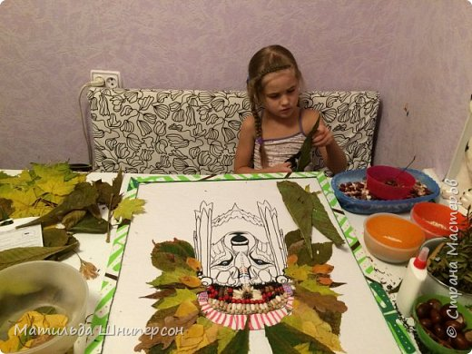 """В работе использован природный материал: - листья березы, каштана, клёна, дуба, рябины, липы, осины, кустарника (маленькие листочки) - ягоды рябины, изюм - фасоль, горох - почки берёзы, вербы - иголки еловые - чешуйки шишки - семечки белые подсолн - бобы - """"вертолётики"""" клёна - контурн для ткани/стекла decola, голубая гуашь - горячий клей (пистолет) фото 3"""