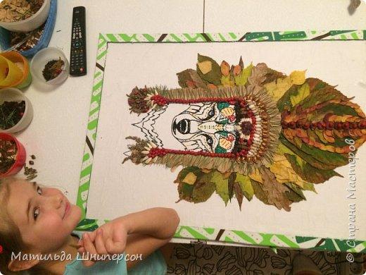 """В работе использован природный материал: - листья березы, каштана, клёна, дуба, рябины, липы, осины, кустарника (маленькие листочки) - ягоды рябины, изюм - фасоль, горох - почки берёзы, вербы - иголки еловые - чешуйки шишки - семечки белые подсолн - бобы - """"вертолётики"""" клёна - контурн для ткани/стекла decola, голубая гуашь - горячий клей (пистолет) фото 8"""