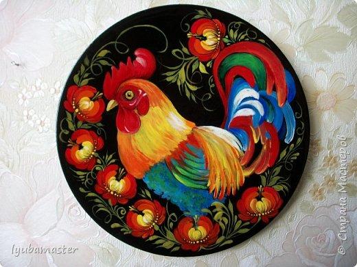 Петушок выполнен на деревянной тарелке диаметром 17 см. Краски- акрил, гуашь, контуры.