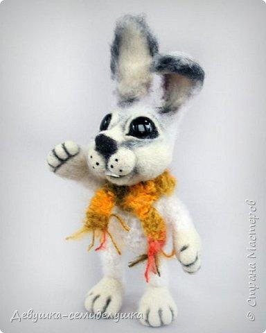 Этот зайчик - очаровашка от кончиков ушек до хвостика и самый настоящий весельчак! (По мастер-классу Марины Бердинских)  Ушки легко сгибаются, лапки подвижны. Выполнен в технике смешения валяния и вязания. фото 5