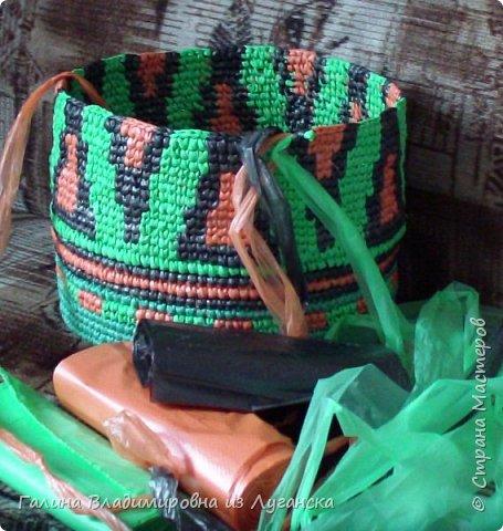 Добрый день творческие люди «Страны мастеров». Давно хотела связать что-нибудь, как вяжут колумбийские сумки.  Но т.к. мне сумка не нужна, а попробовать связать очень хотелось,  решила связать вот такую корзинку. Ниток тоже нет и поэтому,  решила  связать из полиэтиленовых пакетов. Оказалось это проблемно и вот почему. Искала пакеты разного цвета, а пакеты оказались разной плотности. Вязать из пакетов разной плотности очень трудно и неудобно.  фото 5