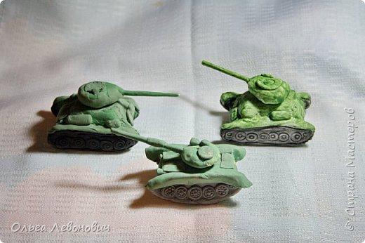 Тема для мальчишек привлекательная, недаром просят повторить занятие, на котором мы лепили танки. Гусеницы - неподвижные, а вот башня - крутится. В основе - фольга, дуло - зубочистка. Всё облеплено разными видами самоотвердевающих полимерных глин. фото 1