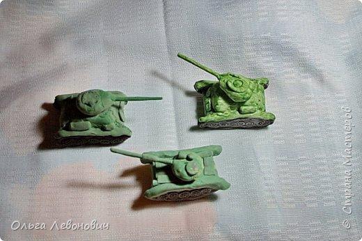Тема для мальчишек привлекательная, недаром просят повторить занятие, на котором мы лепили танки. Гусеницы - неподвижные, а вот башня - крутится. В основе - фольга, дуло - зубочистка. Всё облеплено разными видами самоотвердевающих полимерных глин. фото 5