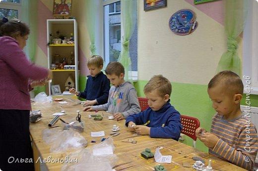Тема для мальчишек привлекательная, недаром просят повторить занятие, на котором мы лепили танки. Гусеницы - неподвижные, а вот башня - крутится. В основе - фольга, дуло - зубочистка. Всё облеплено разными видами самоотвердевающих полимерных глин. фото 2