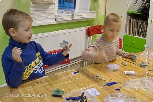 Тема для мальчишек привлекательная, недаром просят повторить занятие, на котором мы лепили танки. Гусеницы - неподвижные, а вот башня - крутится. В основе - фольга, дуло - зубочистка. Всё облеплено разными видами самоотвердевающих полимерных глин. фото 3